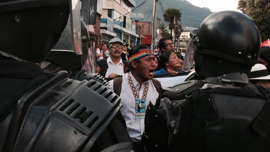 La marcha contra Hábitat III se choca contra un muro policial en Quito.