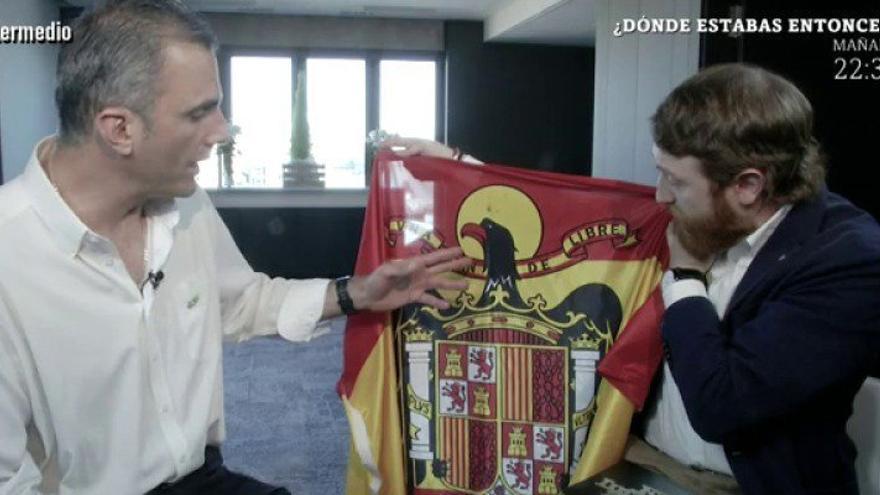 """El regalo de El Intermedio al líder de Vox: """"Una bandera para que sustituyas la que colgaste en Gibraltar"""""""