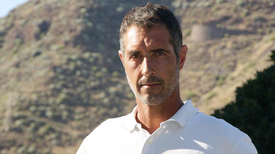 Borja Bencomo, frente a los límites del macizo de Anaga visto desde Santa Cruz