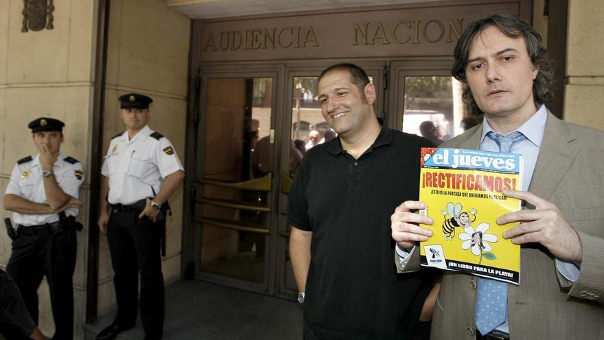 Manel Fontdevilla (i) en 2007, momentos antes de declarar en la Audiencia Nacional por la caricatura de 'El Jueves' que fue secuestrada en 2007 \ EFE/Juanjo Martin