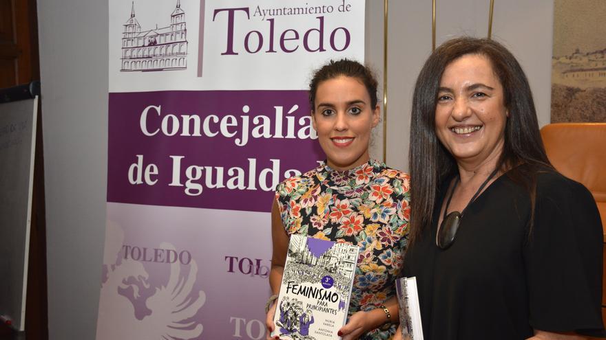 Presentación del libro de Nuria Varela -a la derecha-, junto a la edil de Igualdad de Toledo, Inés Sandoval