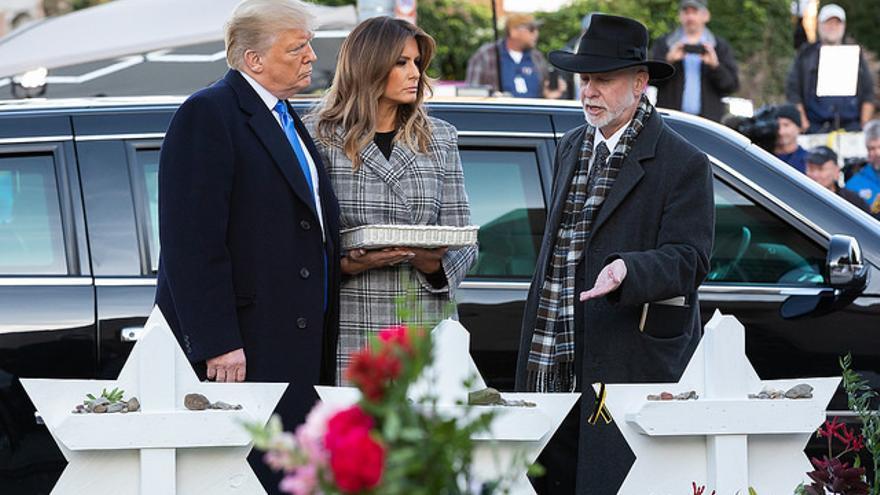 Donald y Melania Trump en un acto en honor a los asesinados en el atentado antisemita de Pittsburgh.