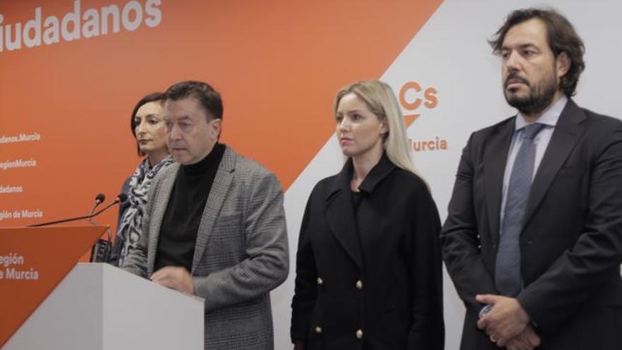 El portavoz del grupo parlamentario de Cs, Juan José Molina, junto a los consejeros Ana Martínez Vidal y Miguel Motas, y la diputada regional Valle Miguélez.