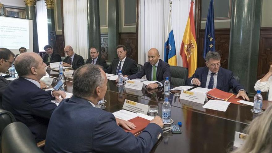 El secretario de Estado de Comercio en funciones, Jaime García-Legaz (2d), en la clausura de una jornada de apoyo financiero a la internacionalización empresarial organizada por la delegación de Icex en la provincia de Las Palmas