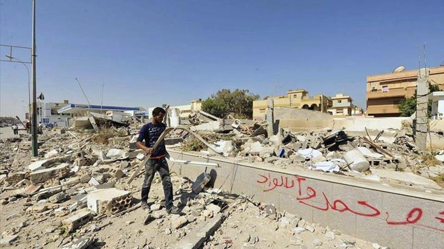 Dos muertos y doce heridos al caer un proyectil en el centro de Bengasi