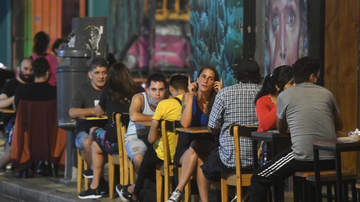 """Los bares y restaurantes podrán atender de 6 a 19 solo en espacios habilitados al aire libre. Luego de las 19 podrán continuar bajo las modalidades delivery y """"para llevar"""" (take away)."""