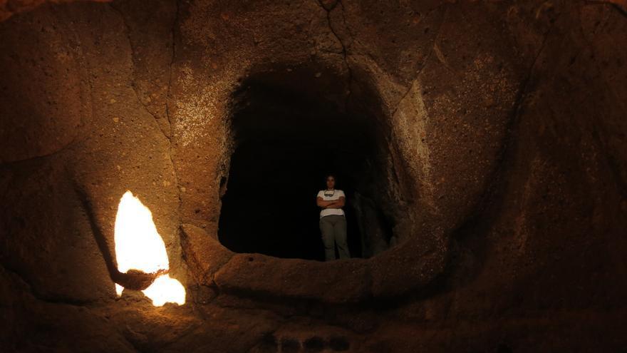 La luz del sol penetra en el interior del templo solar localizado en el poblado troglodita de Tara, en Telde.