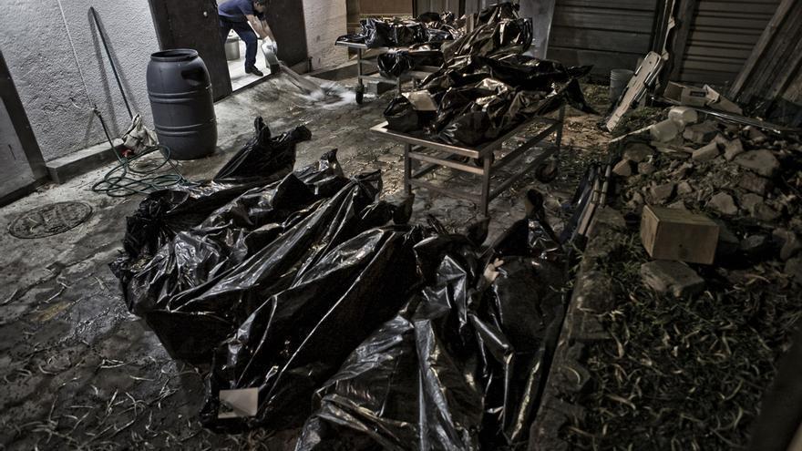 11 cadáveres recogidos durante una sola noche en San Salvador, apilados en el exterior de la morgue del Instituto de Medicina Legal. En 2011, El Salvador fue considerado por Naciones Unidas el país más violento del mundo./Edu Ponces (RUIDO Photo)