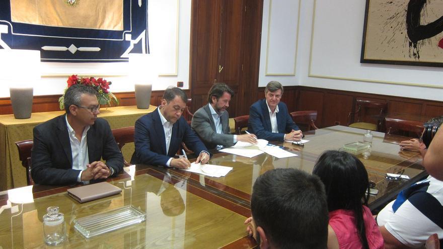 Momento de la firma del convenio entre el Ayuntamiento capitalino y el Cabildo