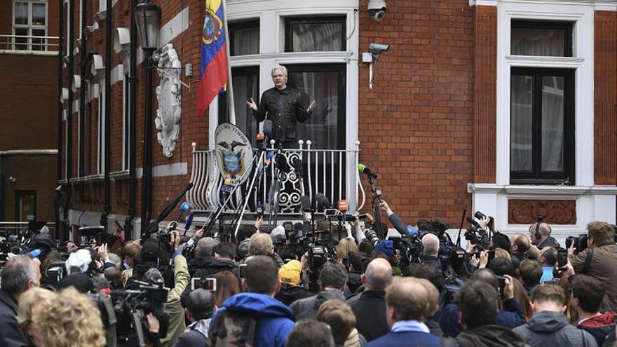 El fundador de WikiLeaks, Julian Assange, en la embajada ecuatoriana de Londres tras conocer que la Fiscalía sueca ha retirado los cargos por violación