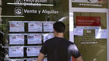 Imagen de archivo de un joven frente a una inmobiliaria en Madrid.