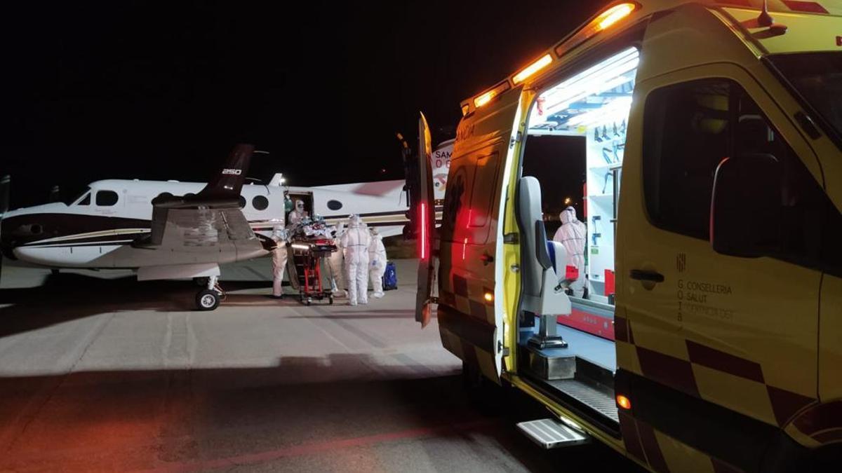 El equipo de Vall d'Hebron introduce al paciente de COVID-19 en el avión, en el Aeropuerto de Menorca