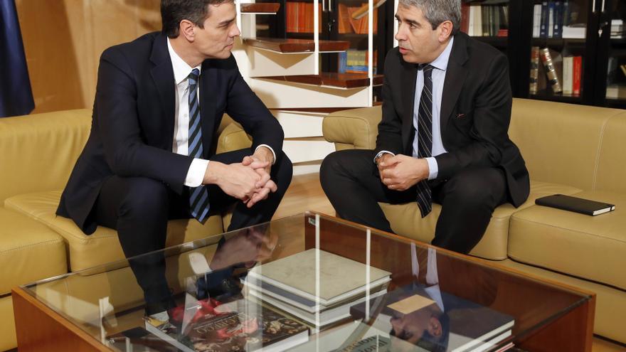 Pedro Sánchez y Francesc Homs, en una reunión en el Congreso