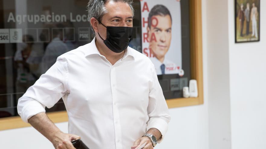 El alcalde de Sevilla, Juan Espadas, vota en las primarias del PSOE-A en las que aspira a convertirse en el candidato del partido a la Presidencia de la Junta en las próximas elecciones autonómicas, a 13 de junio de 2021, en Sevilla (Andalucía, España).