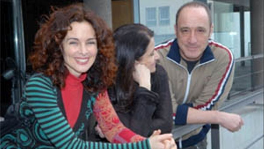 Los actores Silvia Marsó y Roberto Álvarez y la directora de escena Amelia Ochandiano. (ACFI PRESS)