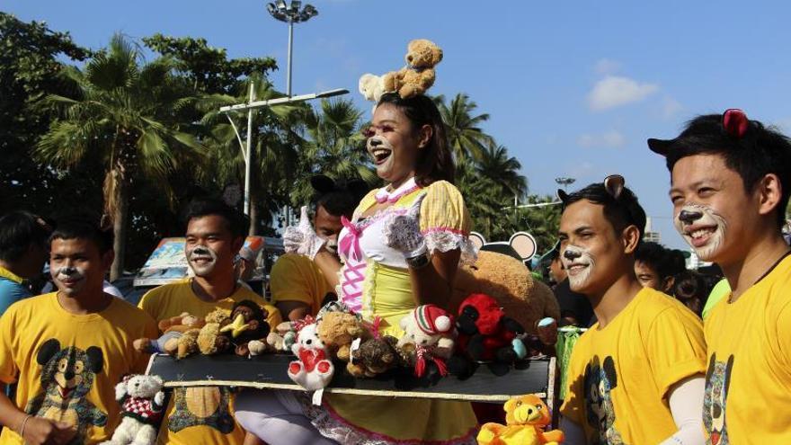 Sin tiempo para siestas en las carnavalescas carreras de camas de Tailandia
