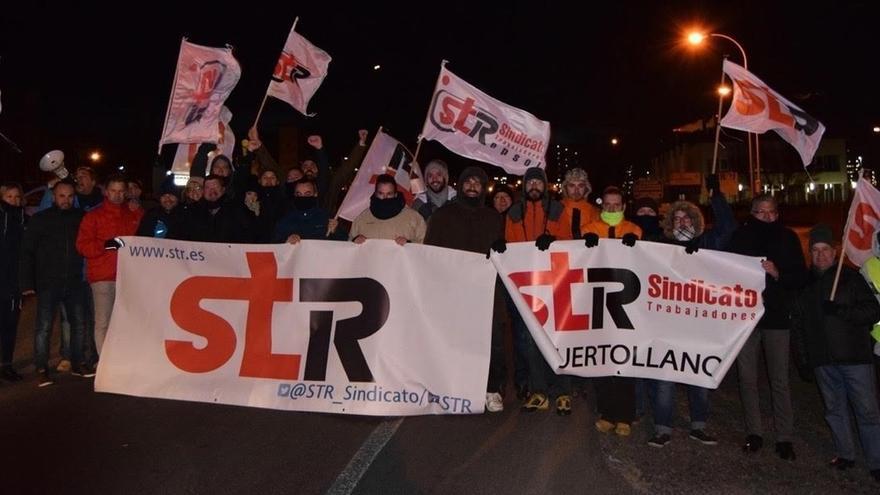 """Trabajadores de Repsol cortan la entrada al complejo de Puertollano en protesta por el """"reajuste"""" de plantilla"""