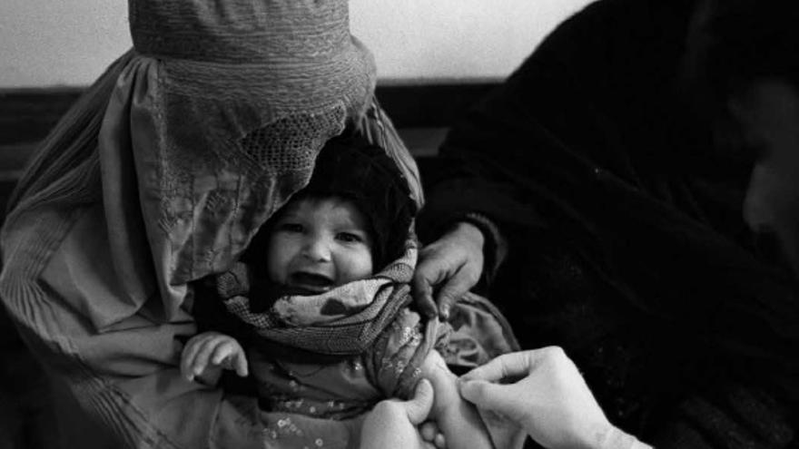 Imagen de un niño con su madre mientras recibe la vacuna / Imagen incorporada por MSF a su estudio