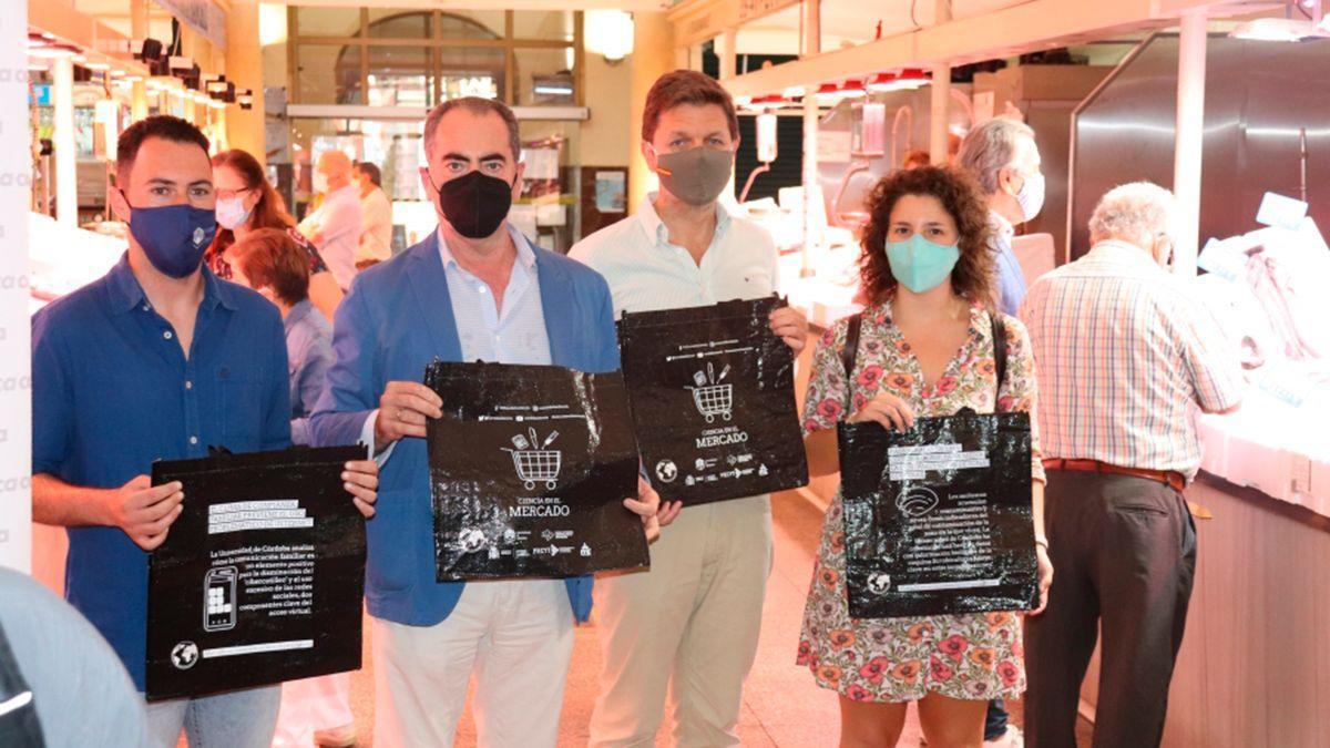 Presentación de las bolsas que distribuye la UCO en los mercados municipales.