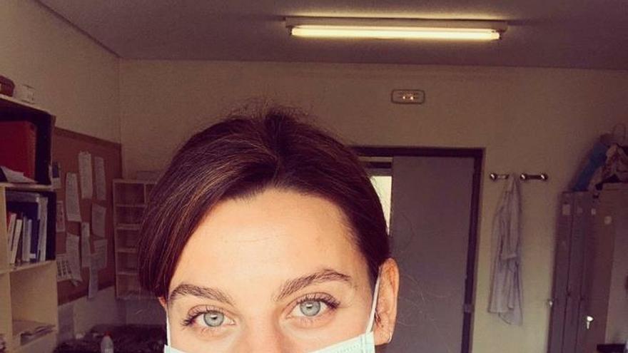 Clara Alvarado se quita la careta de Dalí para ponerse el traje de enfermera