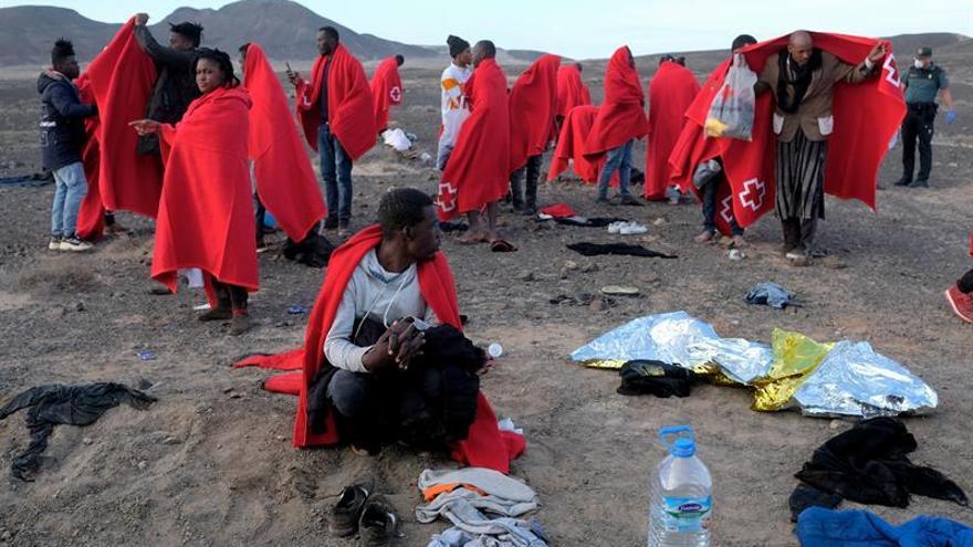 Una patera con 39 personas a bordo llega a la punta de Jandía, en el municipio de Pájara. EFE/Carlos de Saá