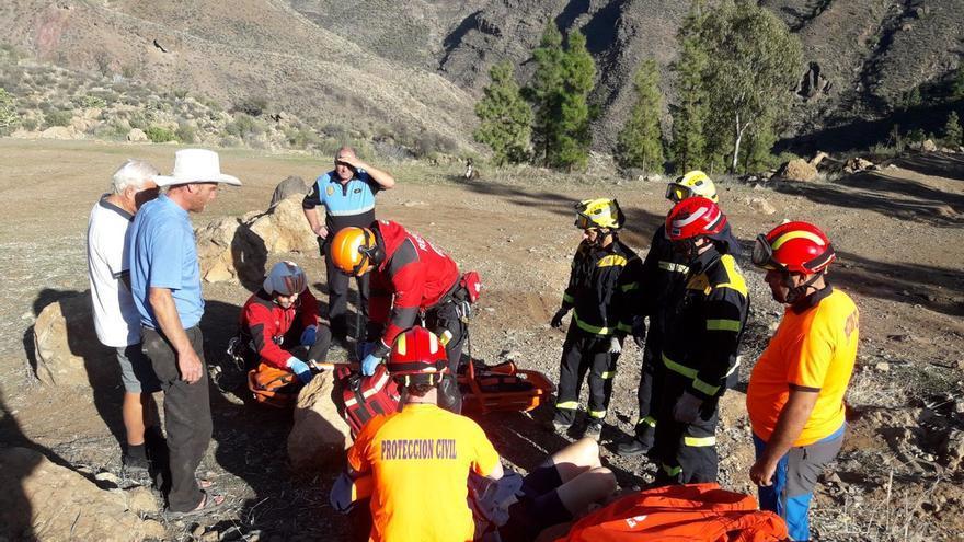 Rescate de una senderista entre las presas de Chira y Soria. (PROTECCIÓN CIVIL MOGÁN)