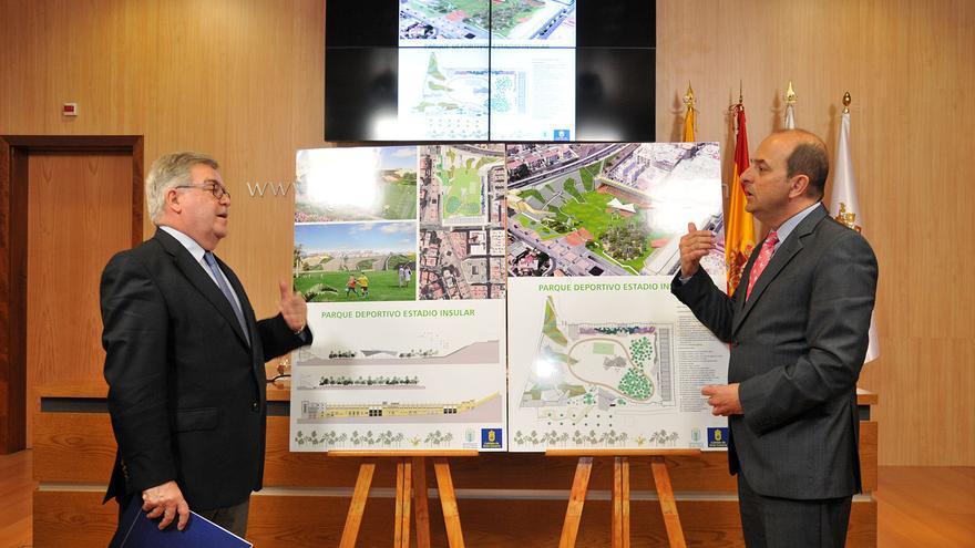 José Miguel Bravo de Laguna y Juan José Cardona, presentando el proyecto de remodelación del viejo Estadio Insular de Las Palmas de Gran Canaria.