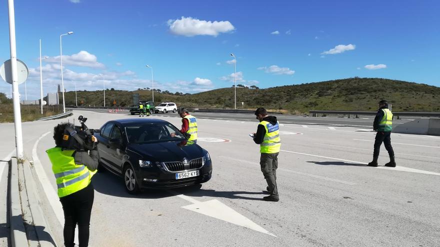 Unos pocos vehículos cruzaban este martes el paso fronterizo entre Ayamonte y Portugal.