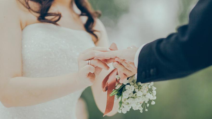Las invitaciones deben pedirse unos 8 meses antes de la boda para contar con tiempo suficiente para recibirlas y mandarlas a los invitados.