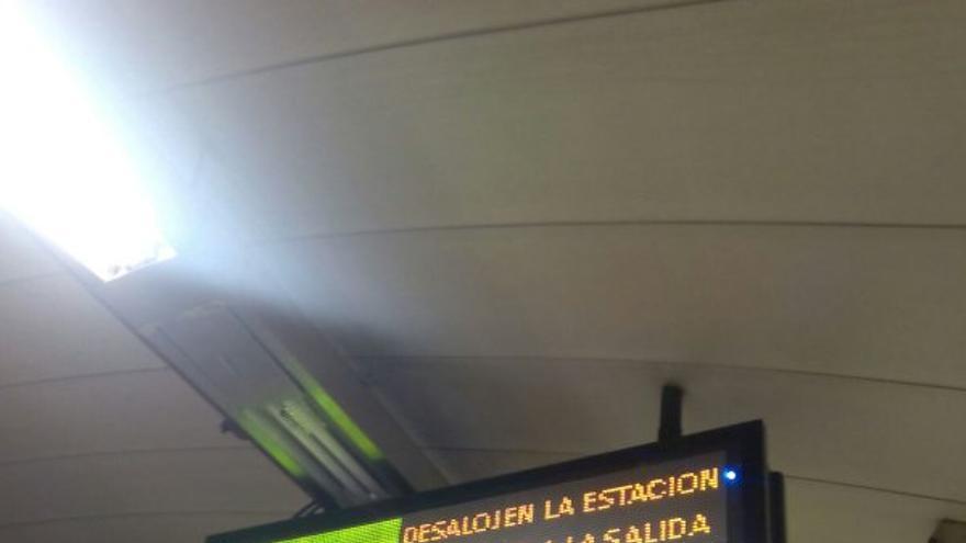 Luminoso que pedía desalojar el metro de Madrid / @sitapulgarcita