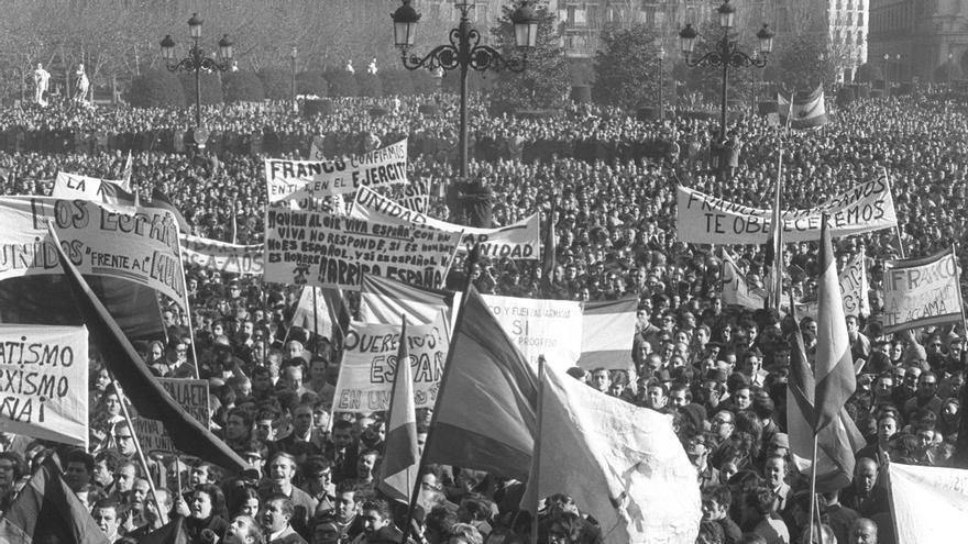 Madrid, 17-12-1970.- Aspecto que ofrecía la Plaza de Oriente de Madrid durante la manifestación de adhesión al jefe del Estado, Francisco Franco. EFE/jgb