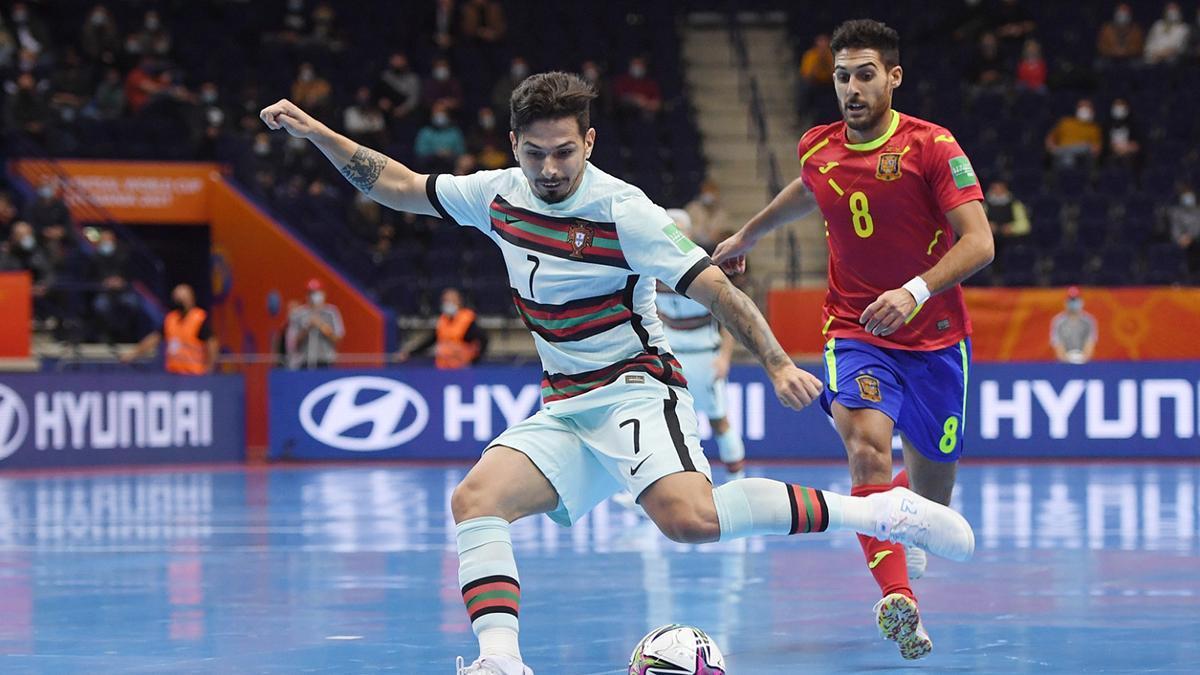 Lance del duelo entre España y Portugal.