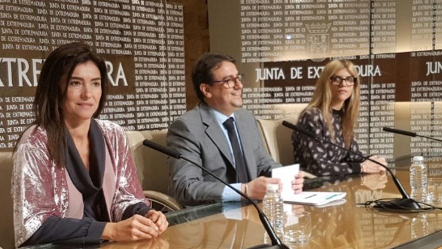 El consejero de Sanidad y Políticas Sociales, José María Vergeles, y la secretaria general de Arquitectura, Vivienda y Políticas de Consumo, María Isabel Moreno Duque, en rueda de prensa / Junta