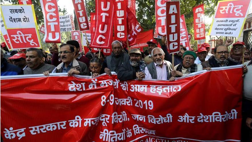Una huelga de trabajadores paraliza parcialmente varias ciudades de la India