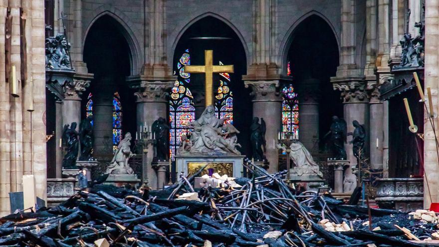 Vista del interior de la catedral de Notre Dame después del incendio registrado este lunes en París.