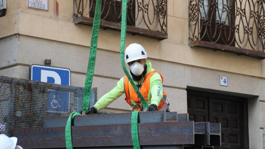 Un trabajador, en Toledo, durante el estado de alarma