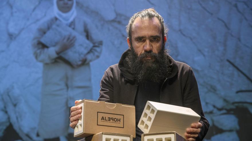 El publicista Jorge Martínez con el ladrillo de la campaña de Alepo/ Marcial Guillén
