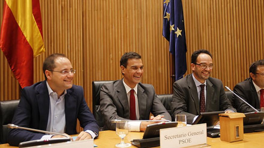 Pedro Sánchez junto a César Luena (Secretario de Organización del PSOE) y Antonio Hernando (Portavoz de Grupo Parlamentario Socialista en el Congreso) el pasado 9 de septiembre. Foto: PSOE