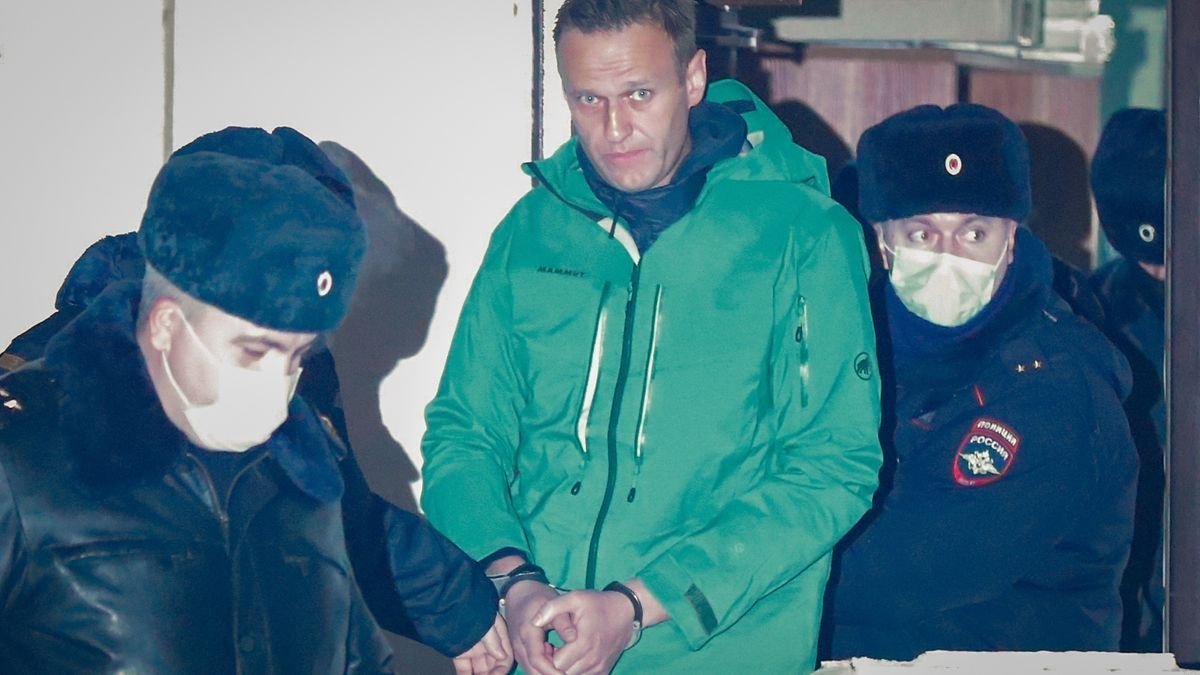 El opositor ruso Alexéi Navalny sale esposado de una comisaría en las afueras de Moscú, este lunes.