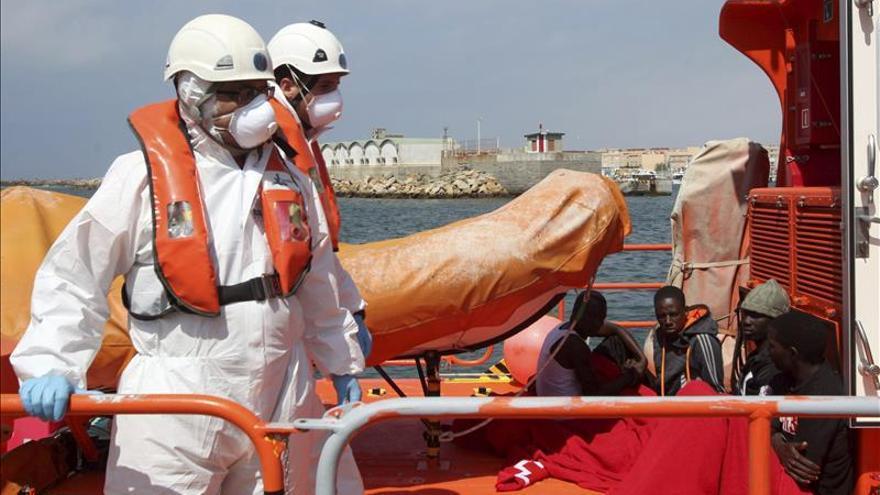Localizan una patera con siete inmigrantes en plena travesía del Estrecho