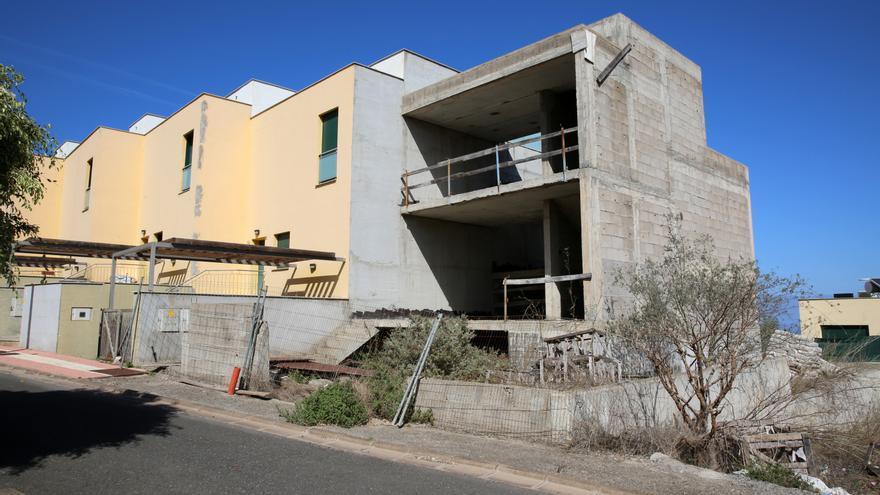 Las casas, acabadas entre 2007 y 2008, se construyeron muy rápido y una se quedó sin terminar en la urbanización de los Llanos de la Cruz, ubicado en el municipio grancanario de Firgas..