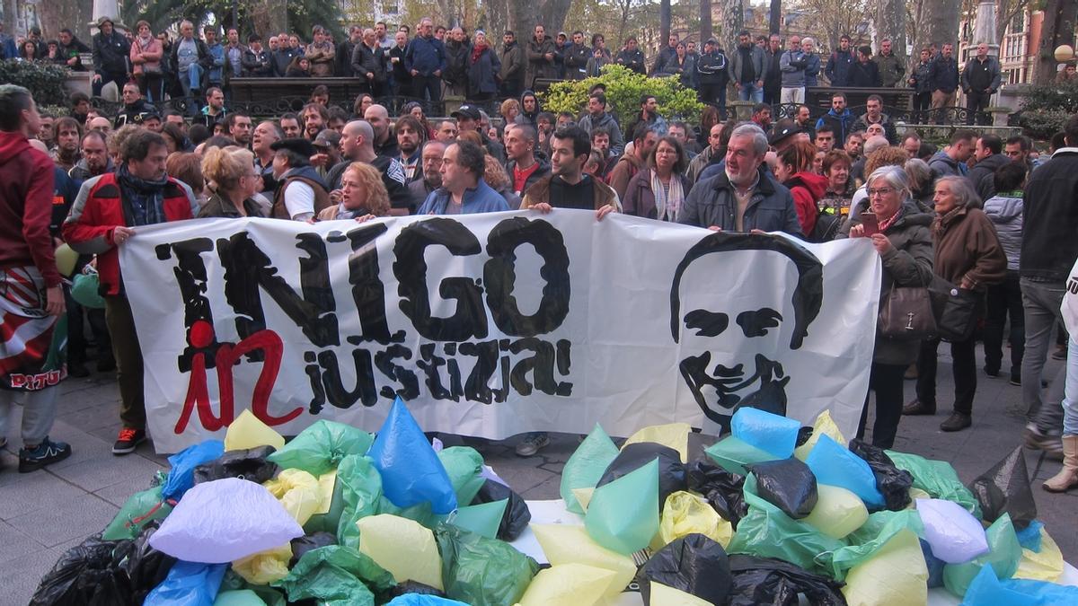 Manifestación pidiendo Justicia para Cabacas frente a los juzgados de Bilbao