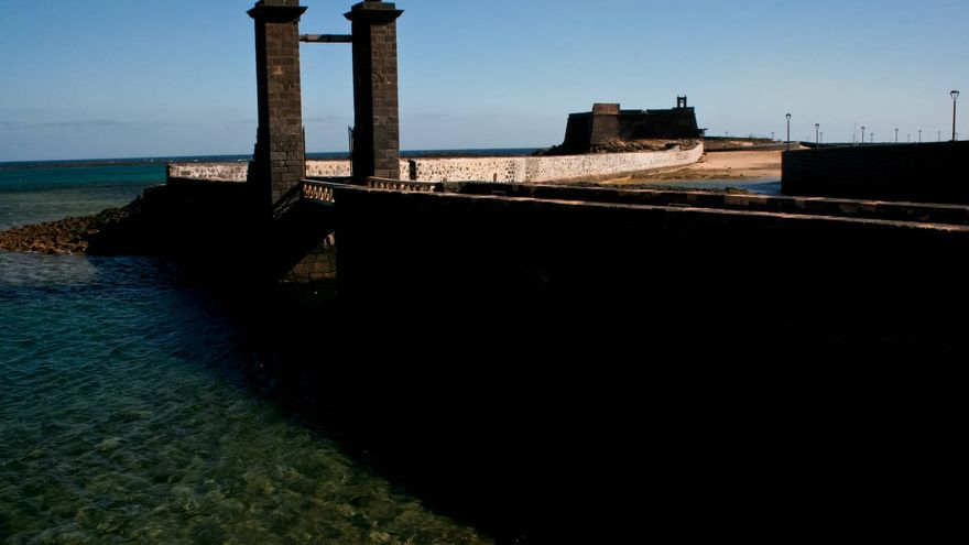 Puente de Las Bolas y Castillo de San Gabriel, en Arrecife de Lanzarote. VIAJAR AHORA