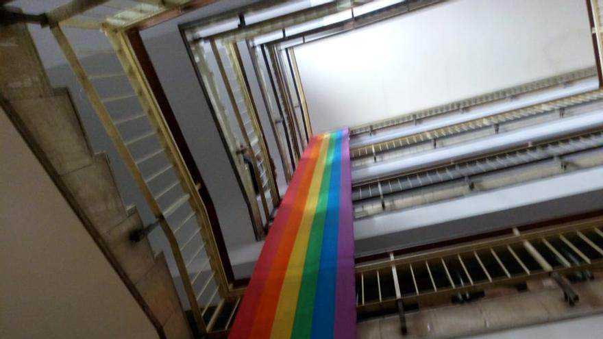 Una bandera arcoiris en un instituto público madrileño