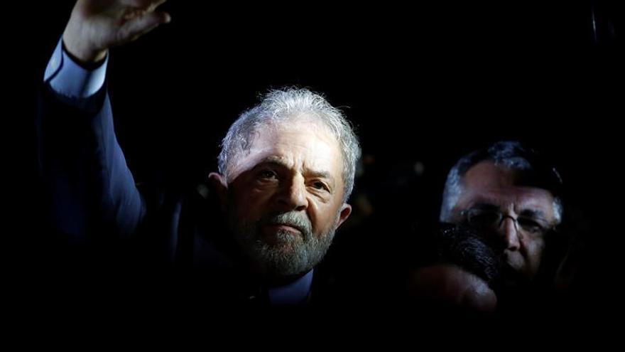 Lula pasa su primer cumpleaños en la cárcel y pide como regalo votos por el PT