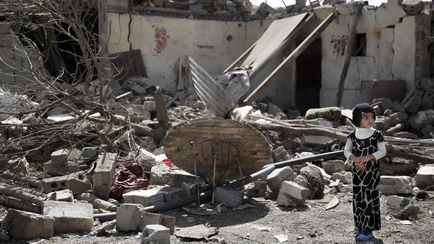 Una niña entre los escombros de su casa, en Sana, Yemen © AP Photo/Hani Mohammed