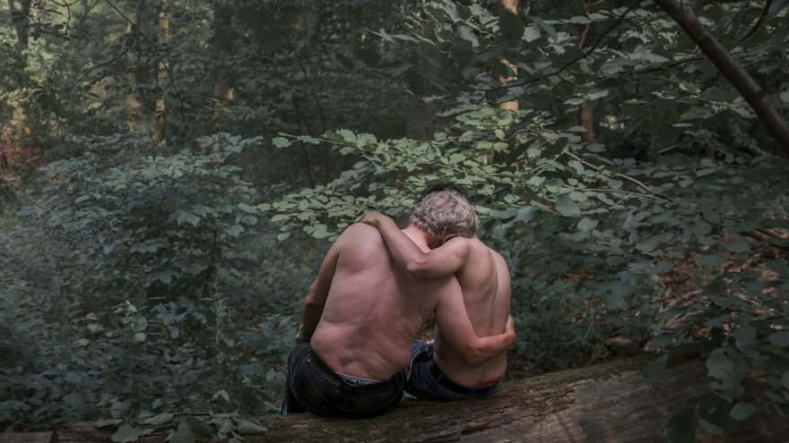 'Black Birds', ganadora del segundo premio en la categoría 'Retratos'.  Jochen (71) y Mohamed (21; no son sus nombres reales) se sientan en el parque Tiergarten de Berlín. Jochen se enamoró después de conocer a Mohamed, un trabajador sexual, y han estado saliendo durante 19 meses.