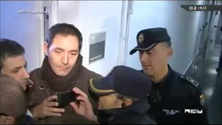 Ricard Cobo, junto a la policía,en Canal 9 el día del fundido a negro.