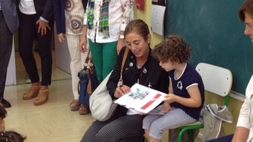 La consejera de Educación, Cristina Uriarte, junto a un escolar en el colegio vitoriano de Umandi.