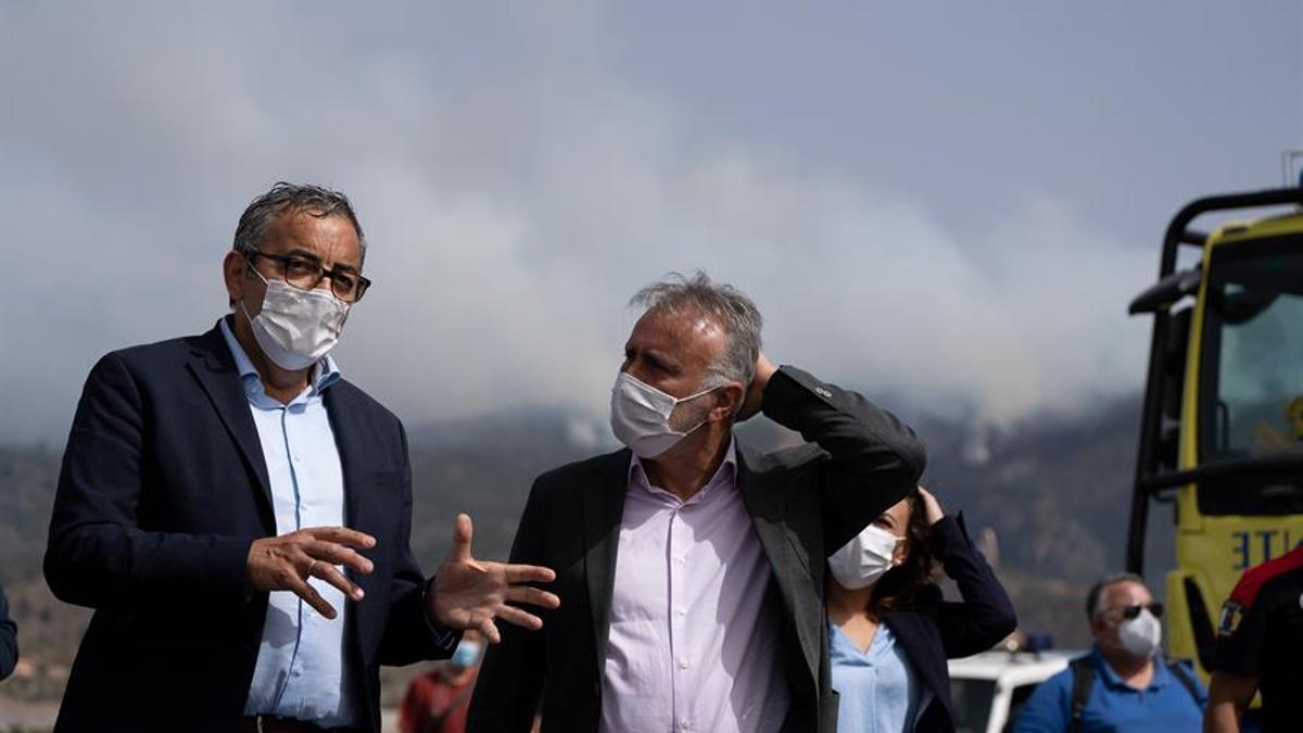 El presidente de Canarias, Ángel Víctor Torres (d) y el alcalde del municipio de Arico, Sebastián Martín (i), ante el incendio que aún permanece activo en el municipio